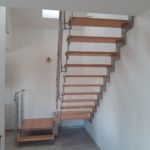 Schodiště s dvěma bočními schodníky