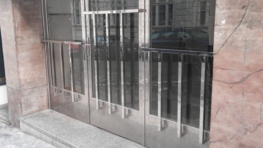 Replika zábradlí na vstupních dveřích