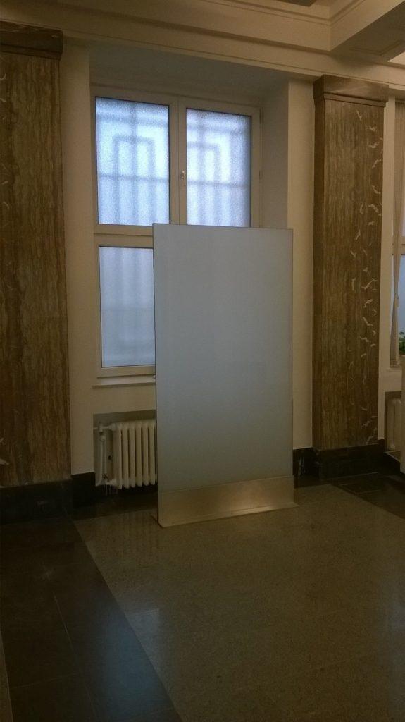 Směrový panel pro texty ve formě samolepicí fólie)