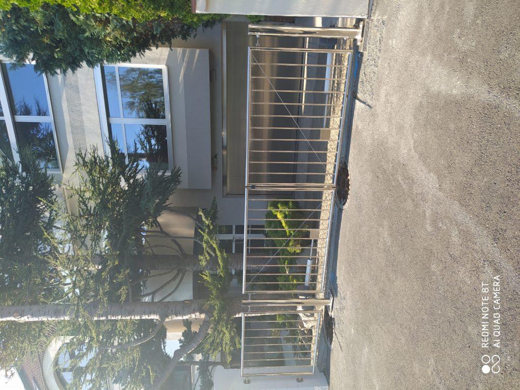 Dvoukřídlá vjezdová brána